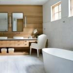 1-accente lemn natur in amenajarea unei bai moderne spatioase
