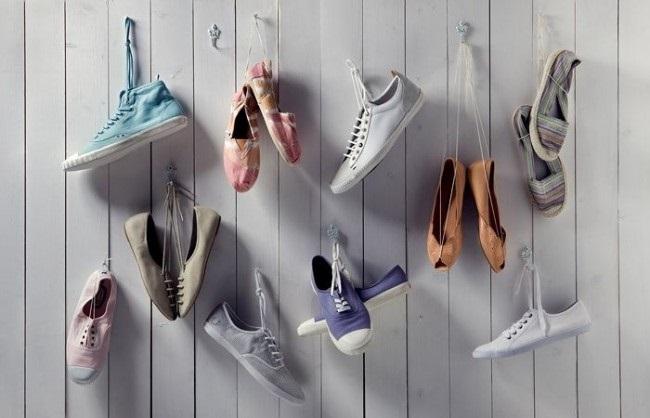 1-agatare perechi tenisi si pantofi cu siret de cuiele batute in perete