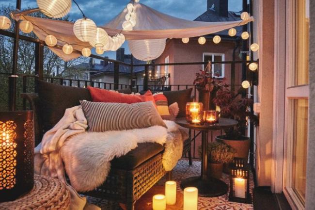 1-amenajare balcon frumos cu textile si surse de iluminat