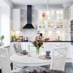 1-amenajare bucatarie scandinava cu mobila alba blat si hota negre