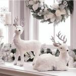1-aranjament decorativ Craciun cu reni lumanari pervaz fereastra living