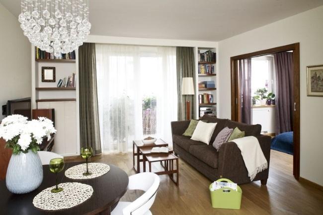 1-asezarea canapelei intr-un living cu multe usi si ferestre