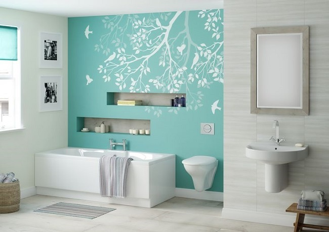 1-baie alba moderna cu perete de accent turcoaz