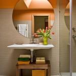 1-baie mica finisata in alb si bej si decorata cu accente portocalii galbene si vernil