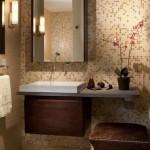 1-baie moderna mica decorata in nuante de bej si maro