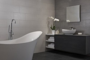 1-baie moderna minimalista cu cada stativ gresie si faianta nuante de gri
