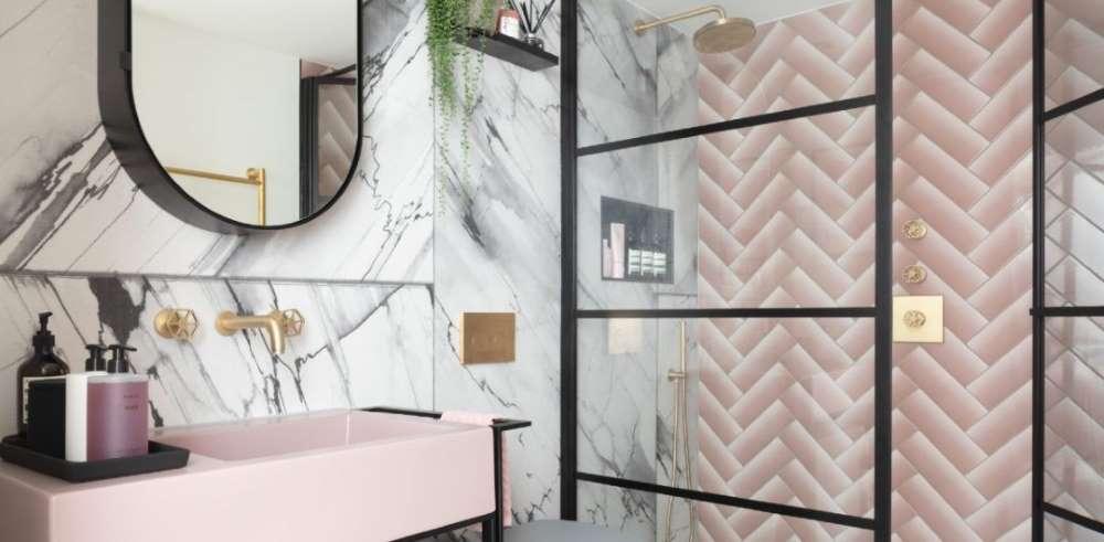 1-baie-moderna-roz-marmura-accente-negre-aurii-Art-Deco