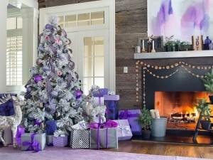 1-brad de Craciun decorat in alb argintiu violet si lila