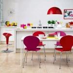 1-bucatarie alba accesorii colorate roz rosii si galbene