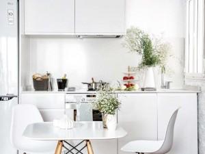 1-bucatarie alba si moderna apartament mic cu tavane inalte
