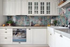 1-bucatarie cu mobila alba si tapet decorativ cu imprimeu floral