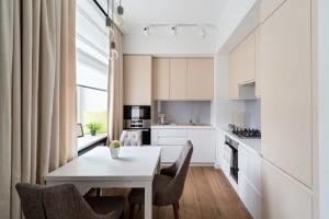 1-bucatarie de bloc moderna cu mobila bej