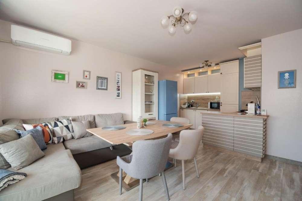 1-bucatarie-living-open-space-apartament-modern-cazare-Veliko-Tarnovo
