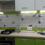 O bucatarie mica de 5,6 mp decorata in alb si vernil