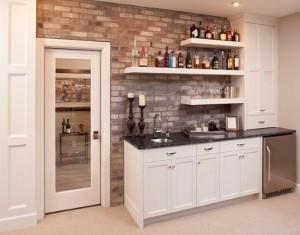 1-bucatarie mica stil modern cu polite montate pe perete cu caramida aparenta