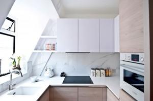 1-bucatarie moderna mansardata cu mobila alba