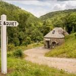 1-cabana din piatra construita in padure pe malul raului