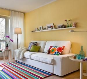 1-canapea alba si covor colorat livingul unei familii cu copii