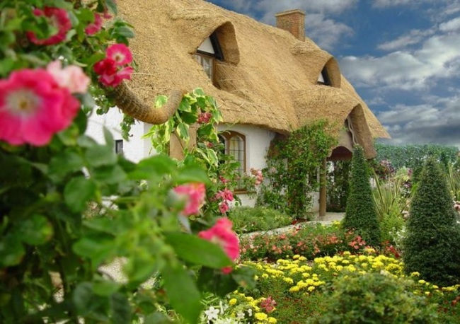 1-casa mica de poveste cu acoperis de stuf si lucarne
