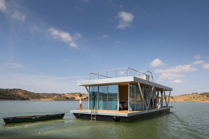 Casa plutitoare care se poate deplasa pe apa cu 5 km pe ora