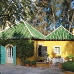 1-casuta galbena cu acoperis verde si obloane