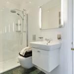 1-decor alb simplu amenajare baie moderna mica