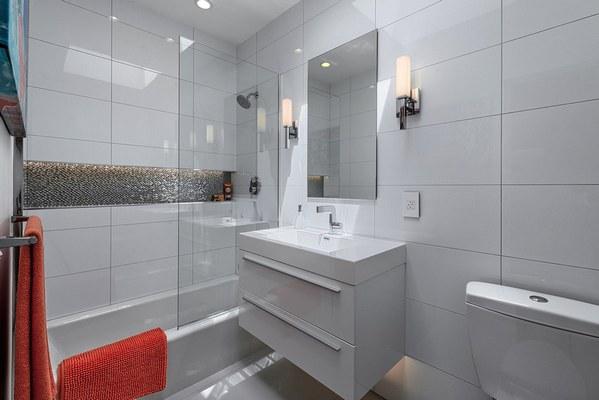 1-decor baie moderna cu faianta alba si rosturi de imbinare gri