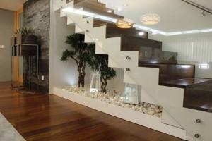 1-decor din pietre si plante sub scara interioara