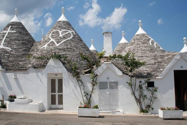 1-desene pe acoperisurile conice din piatra trulli alberobello italia