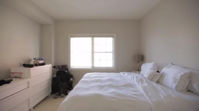 dormitor alb mobila alba dezordine