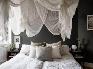 1-dormitor mic scandinav si intim textile albe si pereti gri inchis