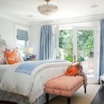 1-dormitor relaxant amenajat in bleu pastel si alb cu accente portocalii