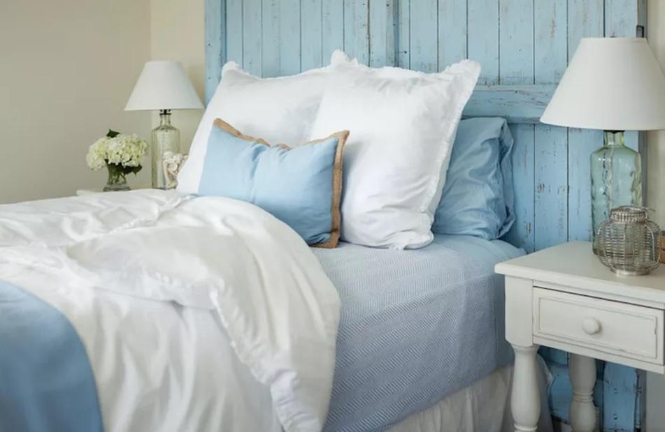 dormitor rustic pat albastru deschis