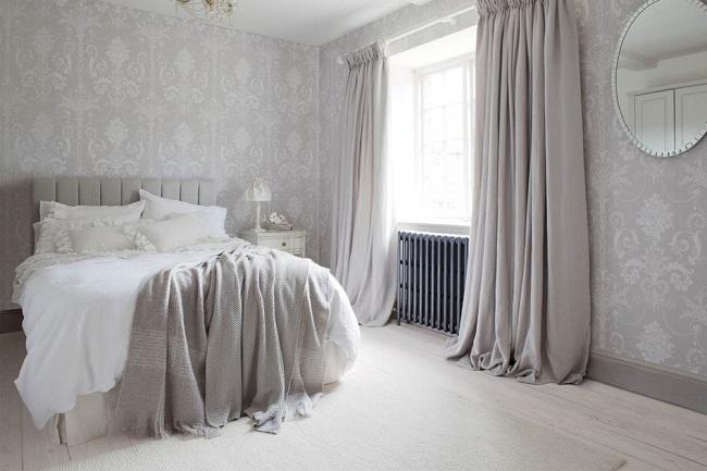 1-draperii bleu gri in ton cu tapetul decorativ cu imprimeu