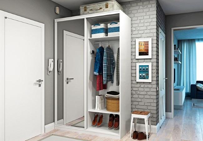 1-dulap alb cu usi glisante amenajare hol mic apartament
