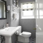 1-dupa transformare baie mica decor mozaic gri pereti