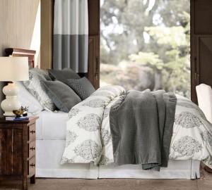 1-exemplu aranjare a patului cu lenjerie alba si cu imprimeu gri