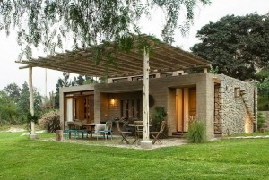 1-exterior casa frumoasa din piatra si lemn Peru