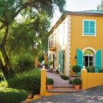1-exterior casa galbena cu obloane turcoaz din lemn