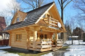 1-exterior casa mica din barne de lemn suprafata totala 52 mp