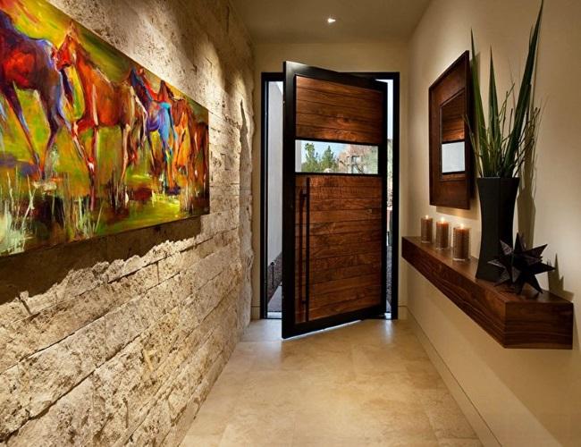 1-hol intrare casa perete finisat cu piatra naturala
