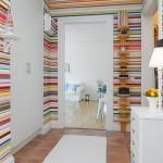 hol intrare pereti decorati cu tapet imprimeu dungi orizontale colorate