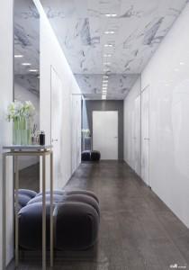 1-hol-luminos-si-spatios-gratie-peretelui-placat-cu-oglinda-apartament-kiev