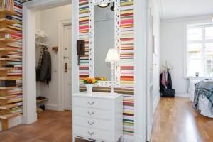 1 hol mic colorat in apartament cu doua camere
