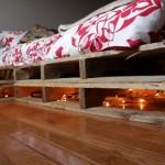 Romantism in dormitor – paturi din paleti de lemn cu lumina dedesubt