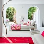 1-living amenjat in alb si decorat cu accente de culoare rosie