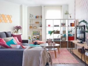 1-living colorat decorat cu mobila si accesorii Ikea