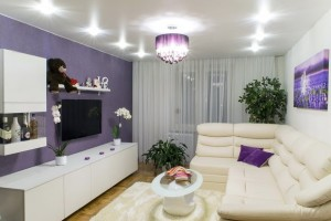 1-living modern amenajat si decorat in alb si violet