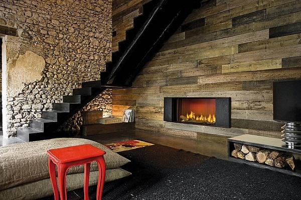 1-living rustic modern perete placat cu lscandura din lemn si piatra naturala