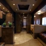 1-living si bucatarie open space interior rulota de lux in valoare de 1 milion USD Brad Pitt